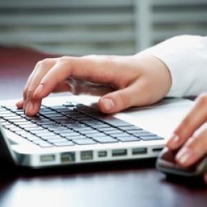 Online-hands-Laptop